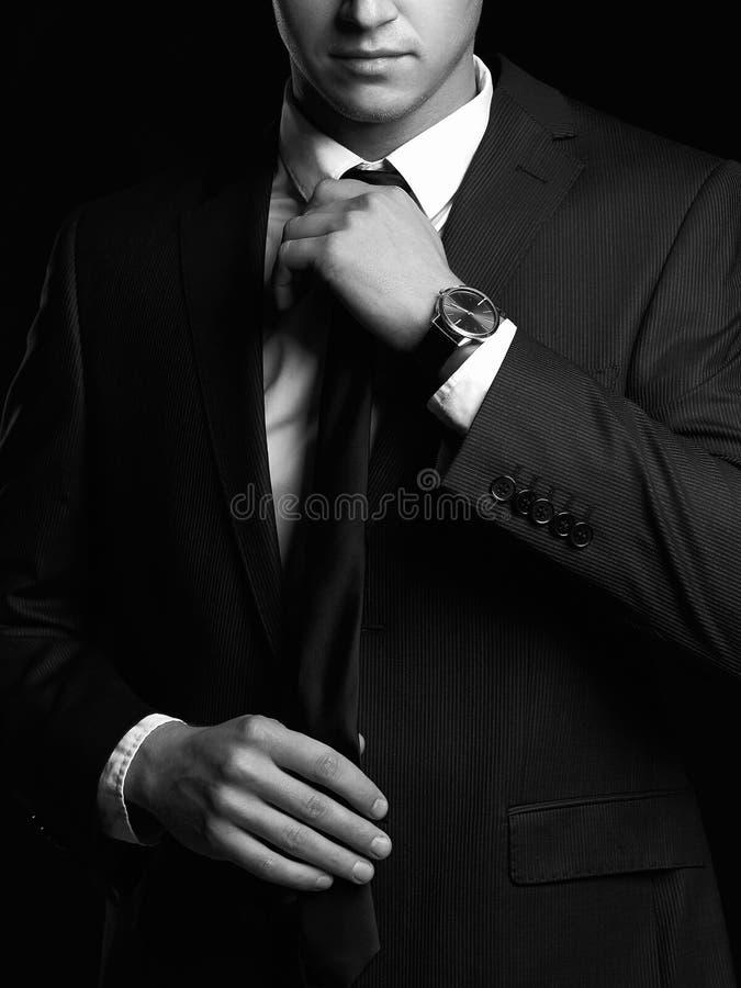 portrait noir et blanc de l'homme dans le costume images libres de droits