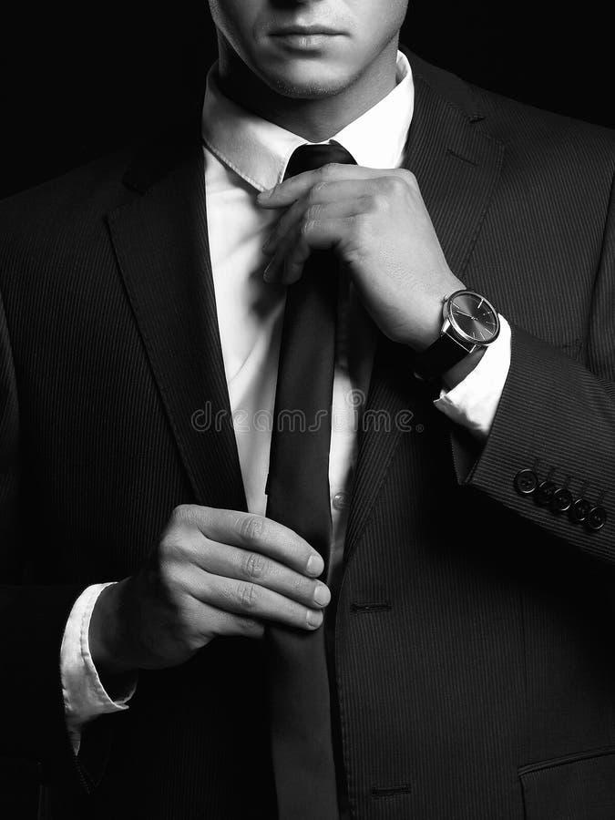 portrait noir et blanc de l'homme dans le costume photos stock