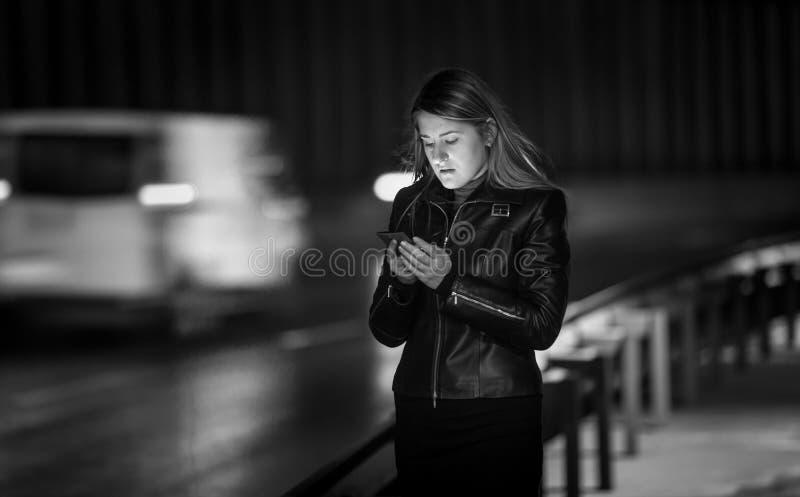 Portrait noir et blanc de message de dactylographie de femme sur la rue au Ni image libre de droits
