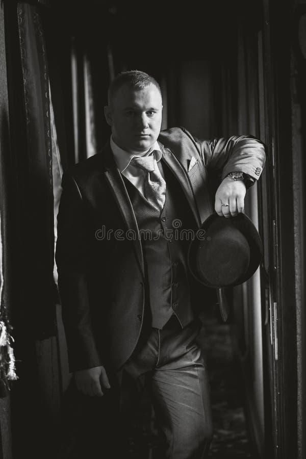 Portrait noir et blanc de monsieur posant dans le rétro coup de train images stock