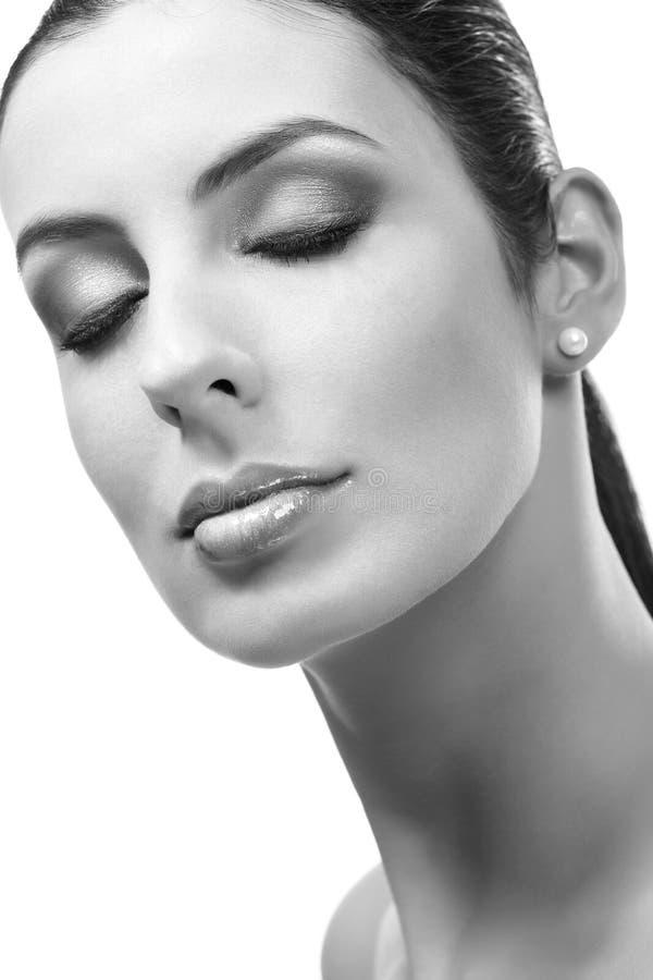 Portrait noir et blanc de plan rapproché de jeune femme image stock