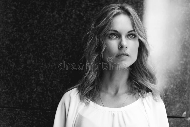 Portrait noir et blanc de plan rapproché de jeune femme assez blonde image stock