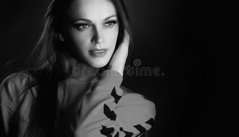 Portrait noir et blanc de studio de belle femme photo stock