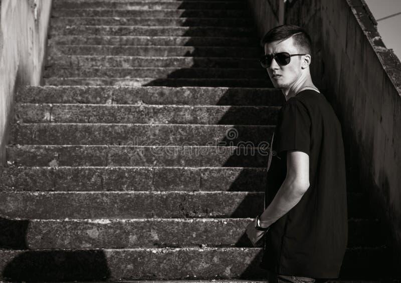 Portrait noir et blanc des vêtements décontractés de port de jeune homme châtain beau photos libres de droits
