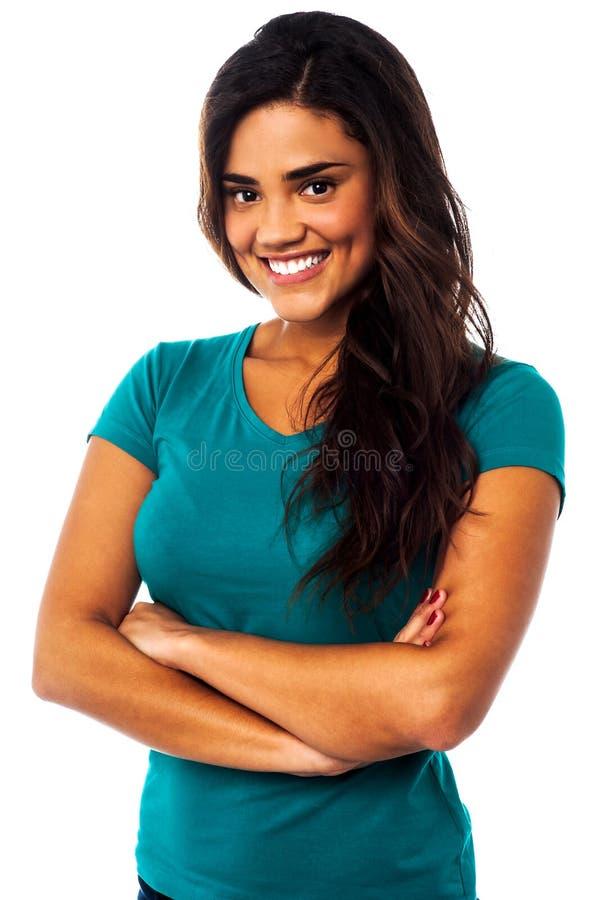 Portrait occasionnel de jeune femme de sourire photo stock