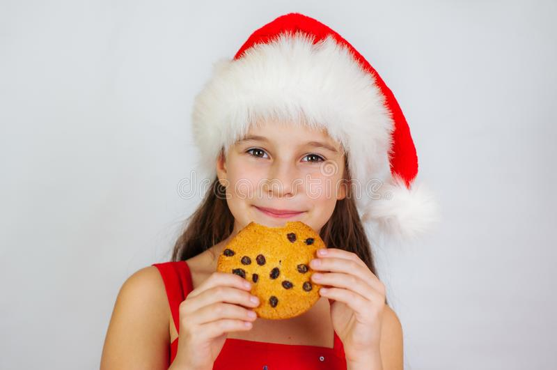 portrait petite fille mignonne à santa qui mange des biscuits de Noël images stock
