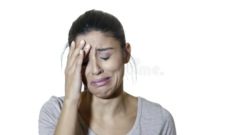 Portrait principal de jeune isolat soumis à une contrainte et négatif de souffrance de douleur de femme latine triste attirante e photo libre de droits