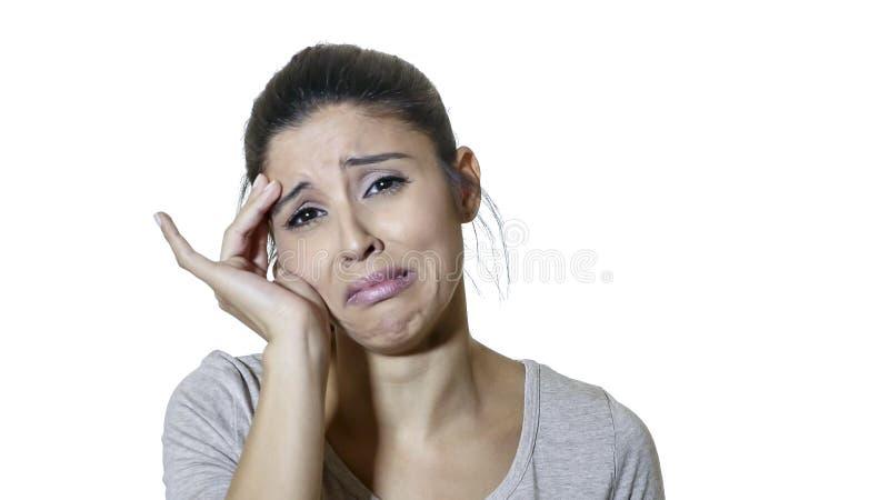 Portrait principal de jeune isolat soumis à une contrainte et négatif de souffrance de douleur de femme latine triste attirante e photos stock
