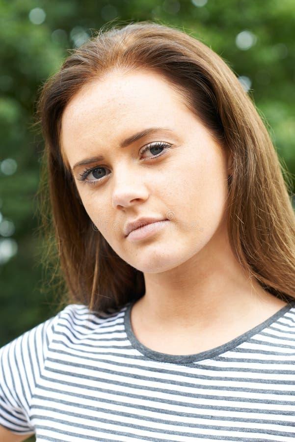 Portrait principal et d'épaules d'adolescente sérieuse images libres de droits