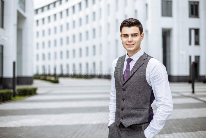 Portrait réussi d'homme d'affaires extérieur dans une ville moderne images libres de droits