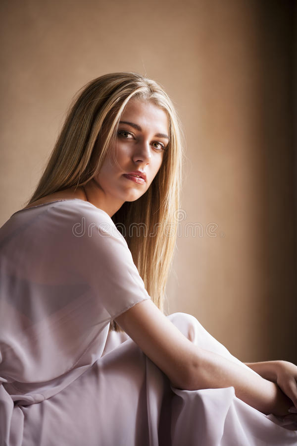 Portrait rêveur de femme blonde féminine photos stock