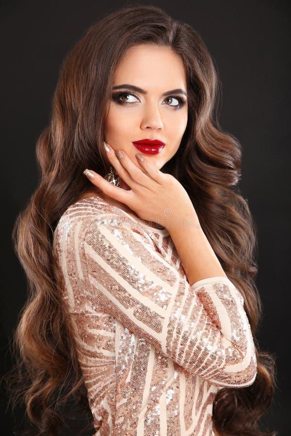Portrait renversant de femme de brune de mode de charme Long cheveu ondulé image stock