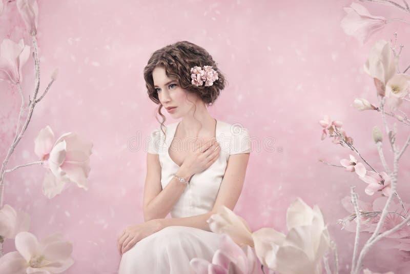 Portrait romantique de jeune mariée photo stock
