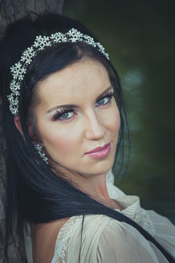 Portrait romantique de sourire de jeune femme de style par le lac photo libre de droits