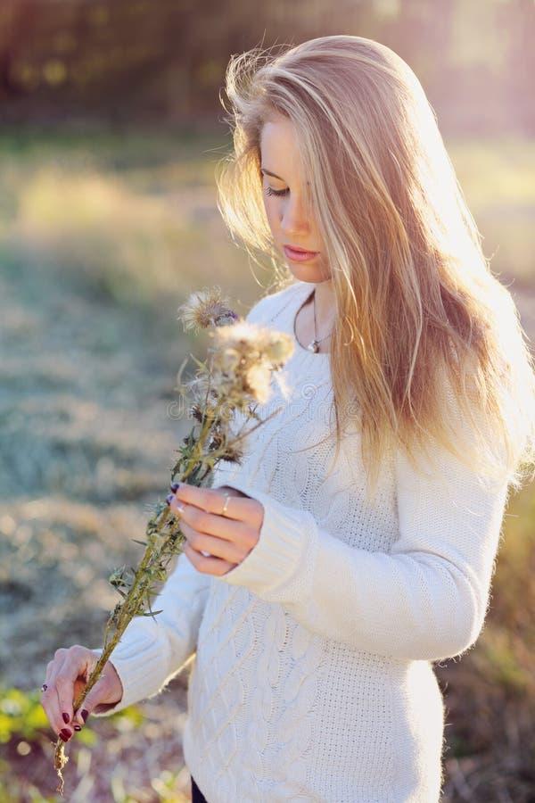 Portrait saisonnier d'une belle femme blonde photographie stock libre de droits
