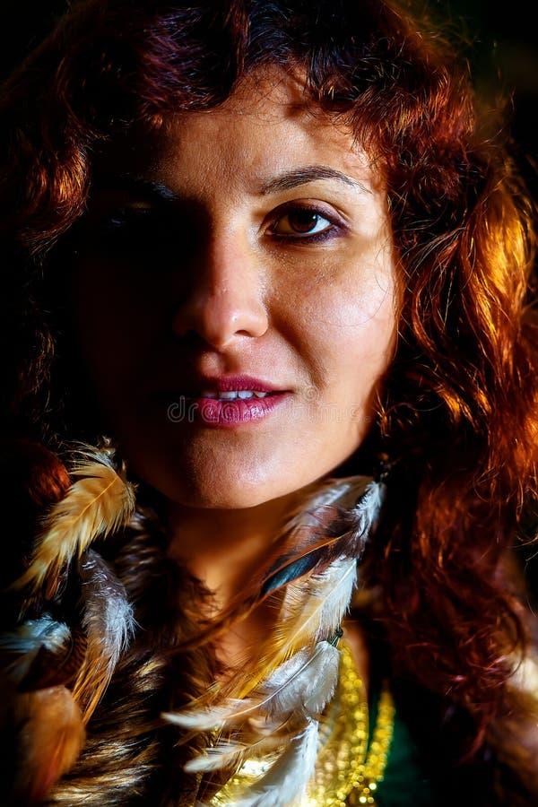 Portrait sauvage de femme avec de longs earinings de plume images stock