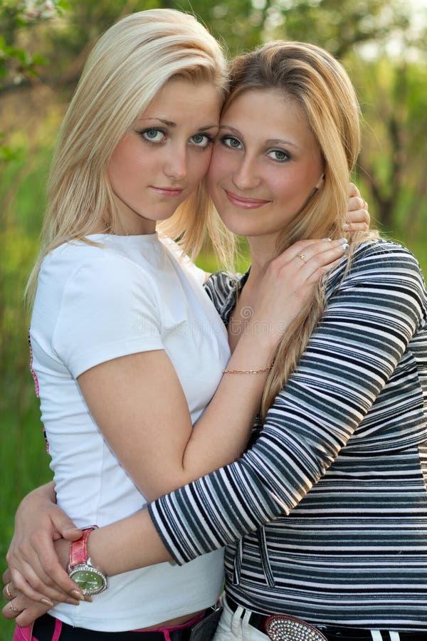 Portrait schöner junger Blondine zwei lizenzfreie stockfotos
