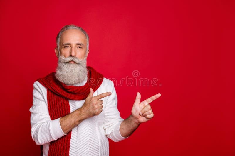 Portrait seiner schönen attraktiven Inhalte ruhiger friedlicher grauhaariger Mann mit zwei Fingern zur Seite und Werbung stockbilder