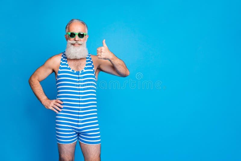 Portrait seines schönen attraktiven funky Inhalte fröhlich fröhlicher grauhaariger Mann mit Thumbup und Advert Chill lizenzfreies stockfoto