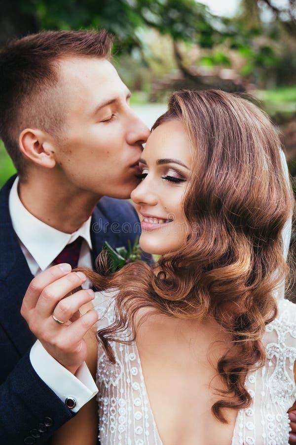 Portrait sensuel d'un jeune couple Photo de mariage extérieure photos libres de droits