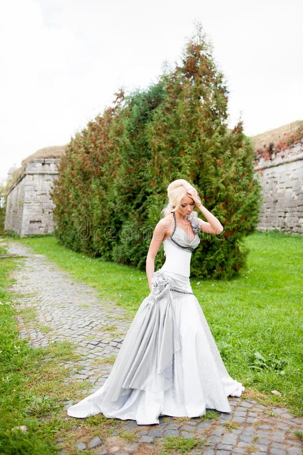 Portrait sensuel de belle jeune mariée photos stock
