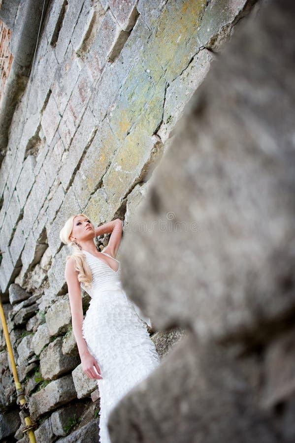 Portrait sensuel de belle jeune mariée photographie stock