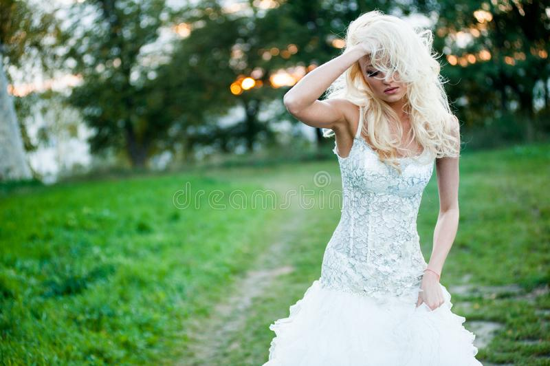 Portrait sensuel de belle jeune mariée photos libres de droits