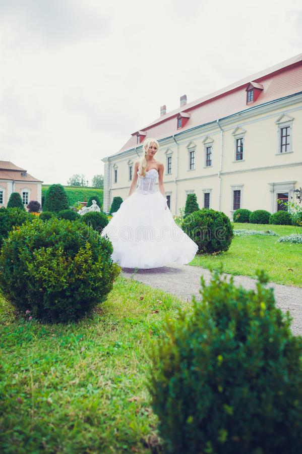 Portrait sensuel de belle jeune mariée images stock