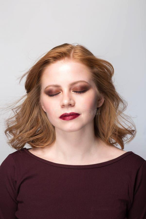 Portrait sensuel de femme de roux image stock