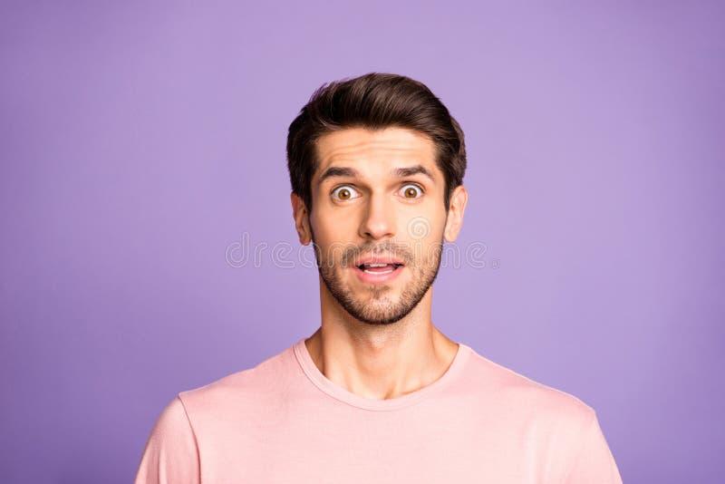 Portrait serré de son joli joli joyeux et amusé brun barbu à barbe rose vêtu d'un t-shirt rose émotion stupéfaite images libres de droits