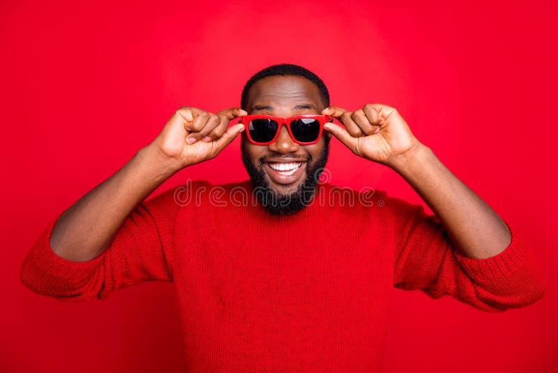 Portrait serré de son joli joyeux joyeux joyeux heureux contenu barbu à succès touchant les specs été photographie stock libre de droits