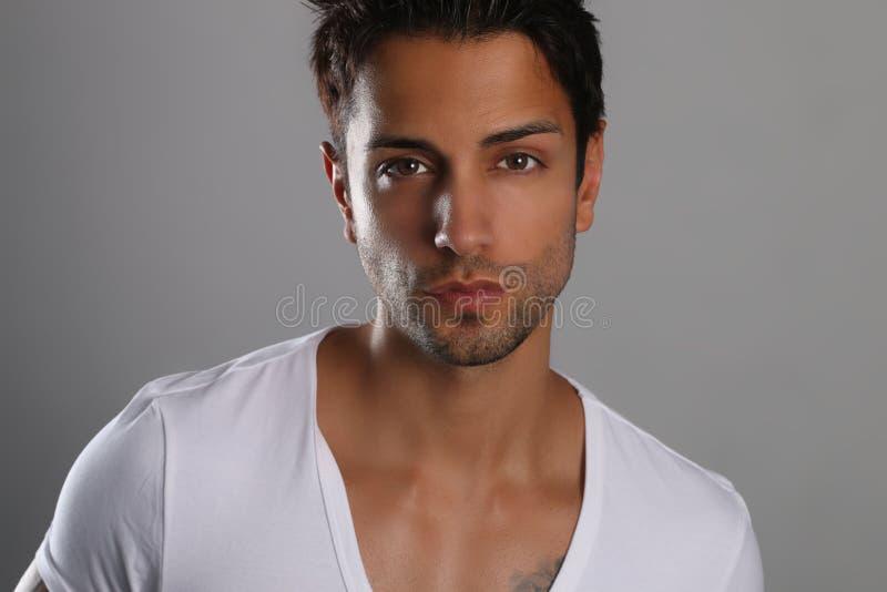 Portrait sexy de plan rapproché de modèle masculin beau images libres de droits