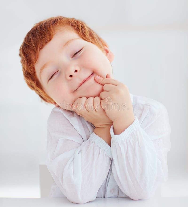 Portrait sincère de bébé garçon roux mignon d'enfant en bas âge images libres de droits