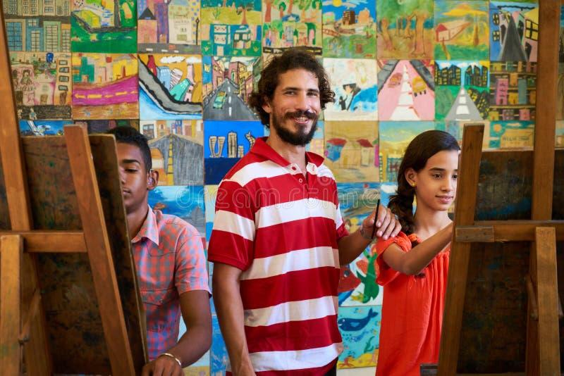Portrait Smiling和看教授照相机在艺术学院 库存照片