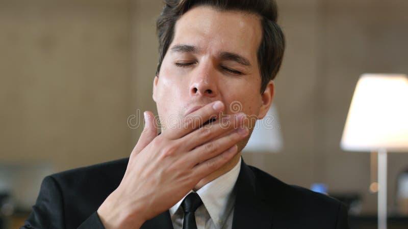 Portrait somnolent fatigué de baîllement d'homme images stock