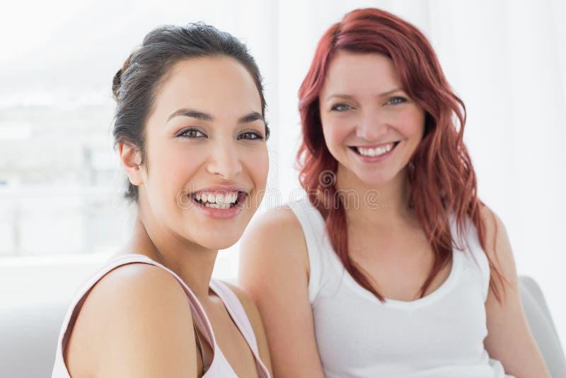 Portrait sourire femelle de deux du beau jeune amis images libres de droits
