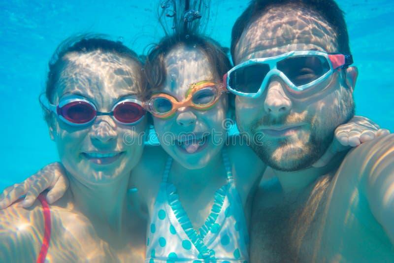 Portrait sous-marin de famille photos stock