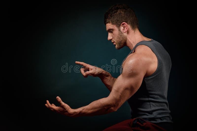 Download Portrait Sportif De Jeune Homme Dans Le Studio Photo stock - Image du people, muscles: 56475948