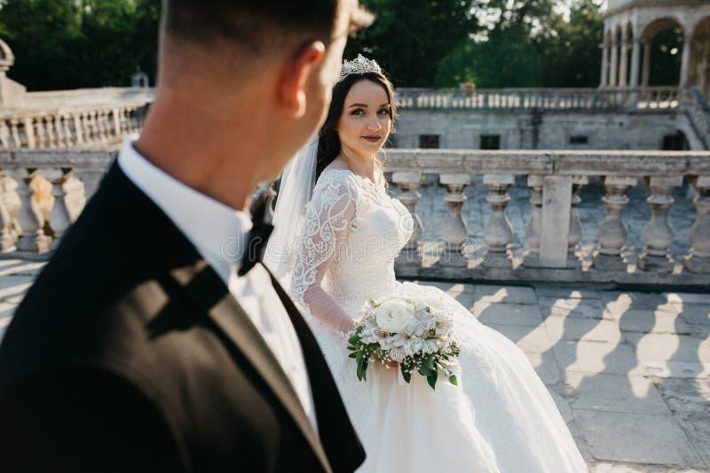 Portrait stupéfiant d'un couple l'épousant près du vieux château image stock