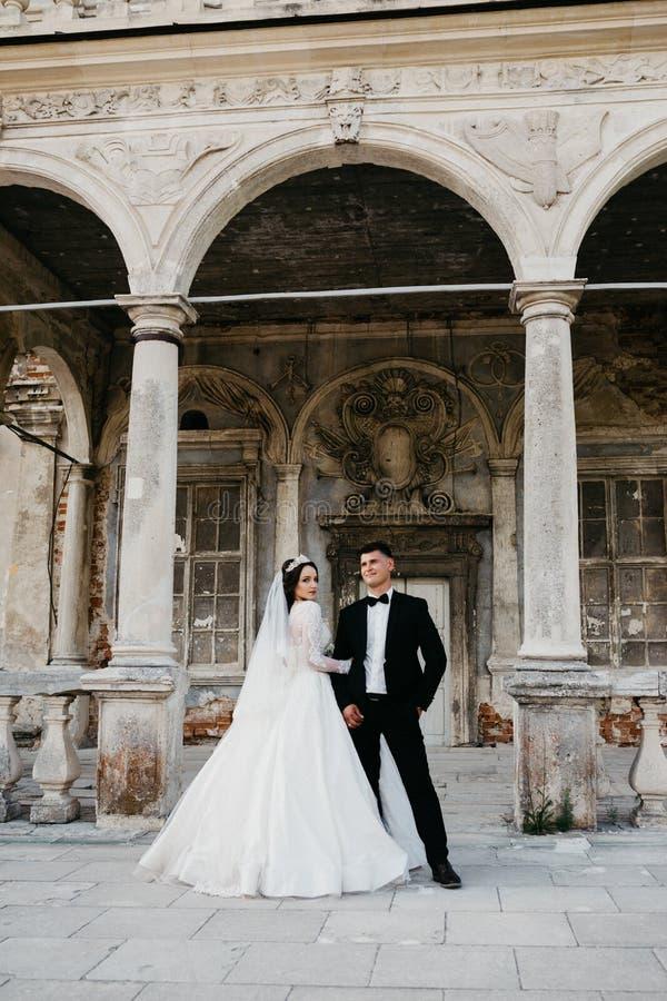 Portrait stupéfiant d'un couple l'épousant près du vieux château photos stock