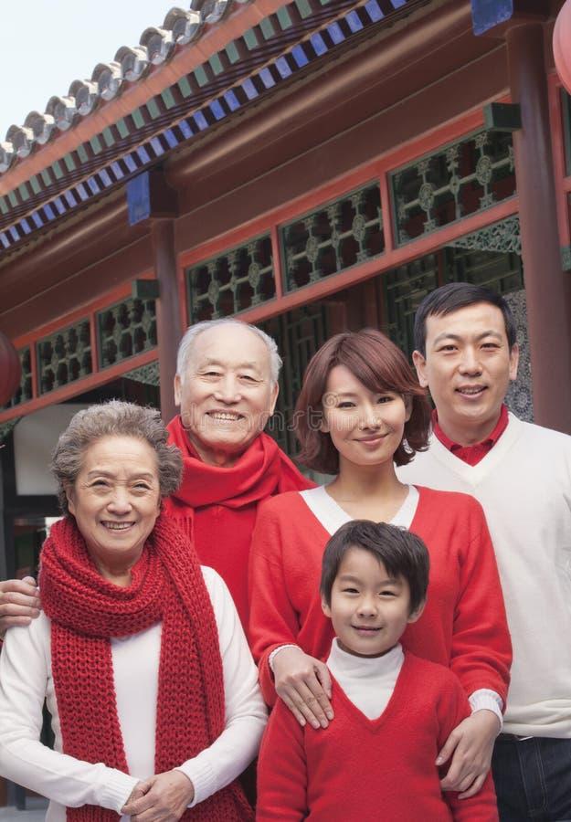 Portrait sur plusieurs générations de famille par le bâtiment de chinois traditionnel photo libre de droits