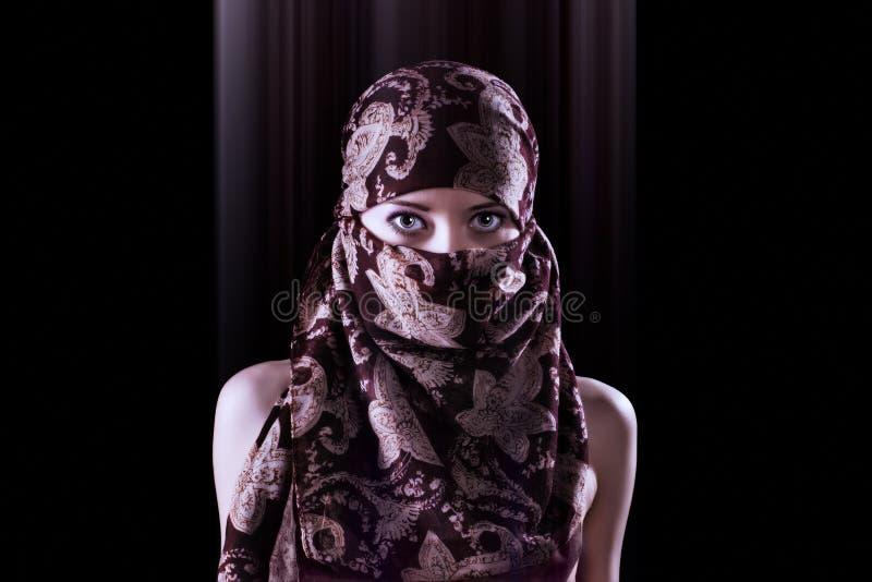 Portrait surréaliste d'une femme orientale mystérieuse de style photographie stock