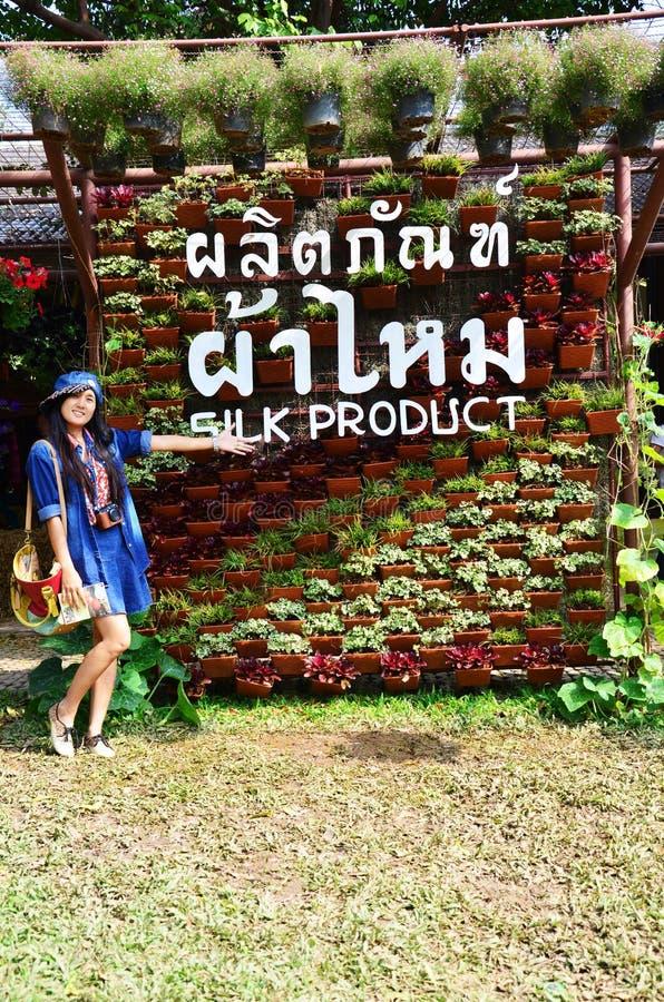 Portrait thaïlandais de femmes sur le gisement de fleurs de cosmos à la campagne Nakornratchasrima Thaïlande image libre de droits