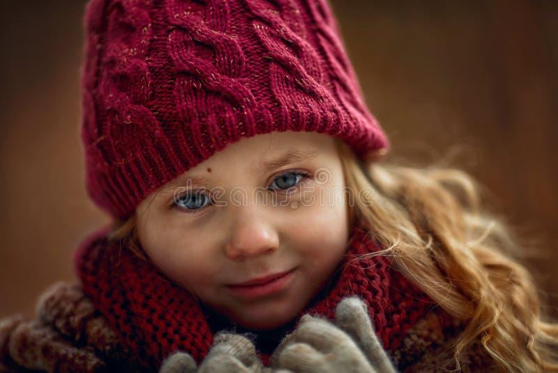 Portrait triste de petite fille avec l'accent sur des yeux avec la larme photo stock