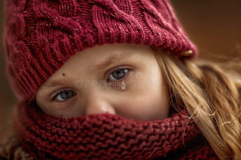 Portrait triste de petite fille avec l'accent sur des yeux avec la larme image libre de droits