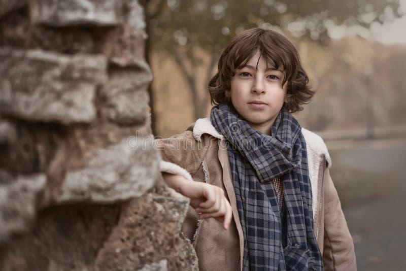 Portrait un jeune garçon photo stock
