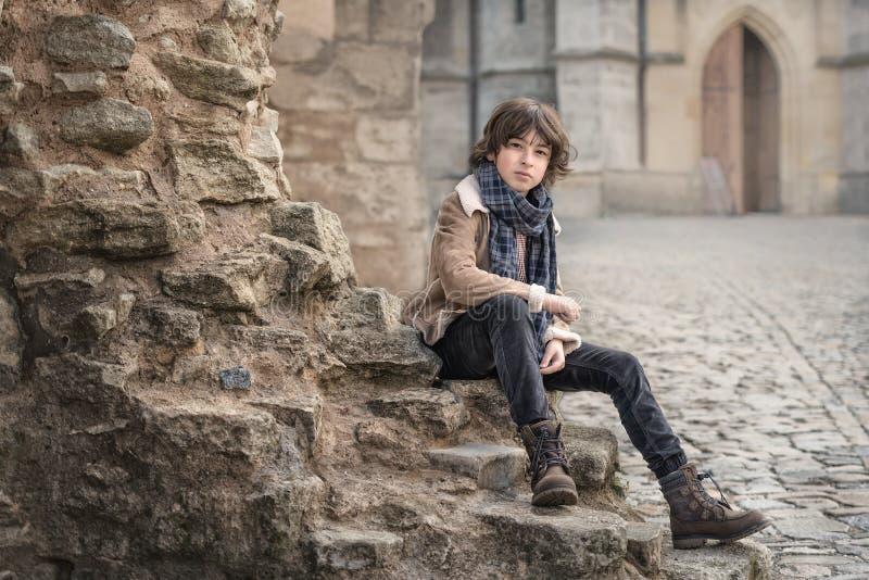 Portrait un jeune garçon images libres de droits