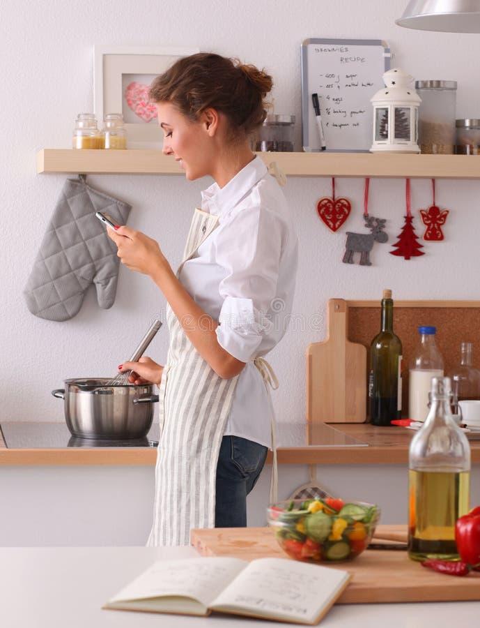 Download Portrait Une Messagerie Textuelle De Sourire De Femme Des Légumes Dans La Cuisine à La Maison Image stock - Image du cuisine, repas: 87701187