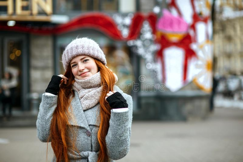 Portrait urbain de fille gaie de gingembre avec le wa de port de longs cheveux image stock