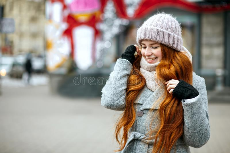 Portrait urbain de fille heureuse de gingembre avec la guerre de port de longs cheveux images libres de droits